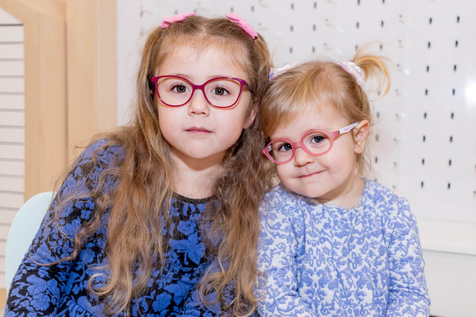dziewczynki w okularach idealnych dla dzieci