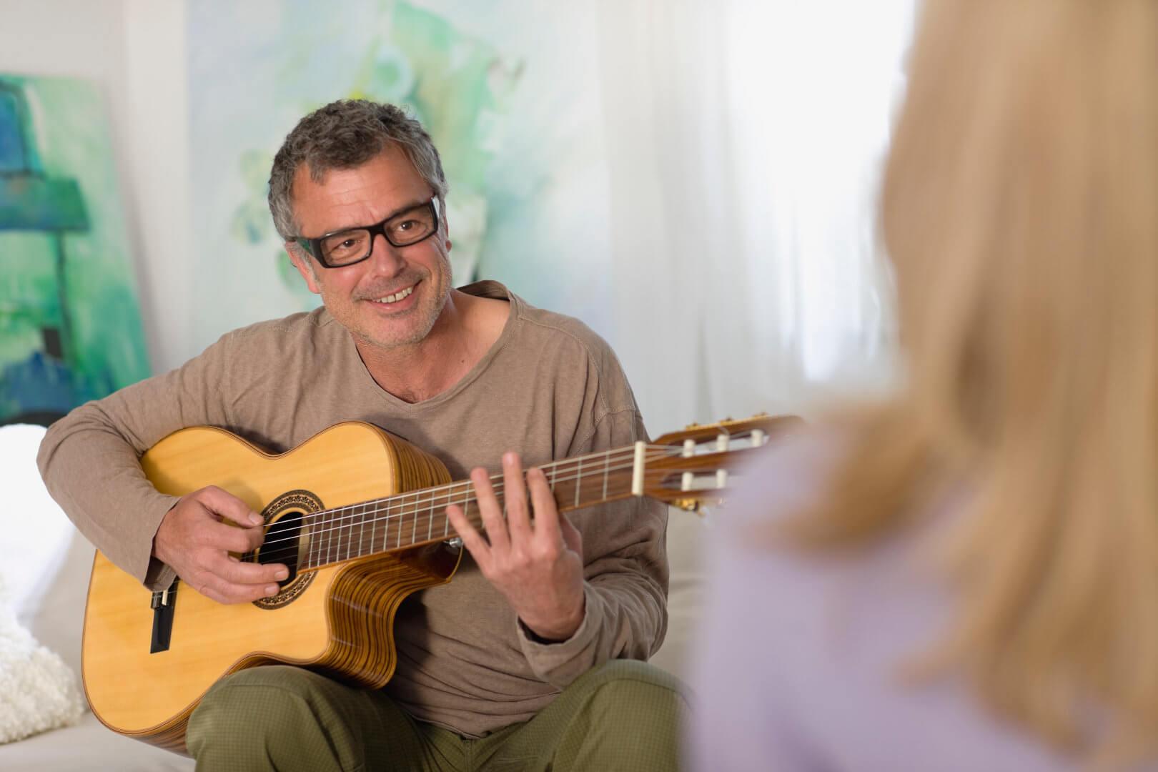 Mężczyzna w okularach progresywnych Varilux, Essilor