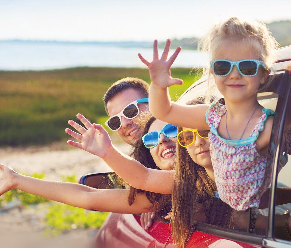 Dziewczynka w okularach przeciwsłonecznych z polaryzacją od Dr OKO