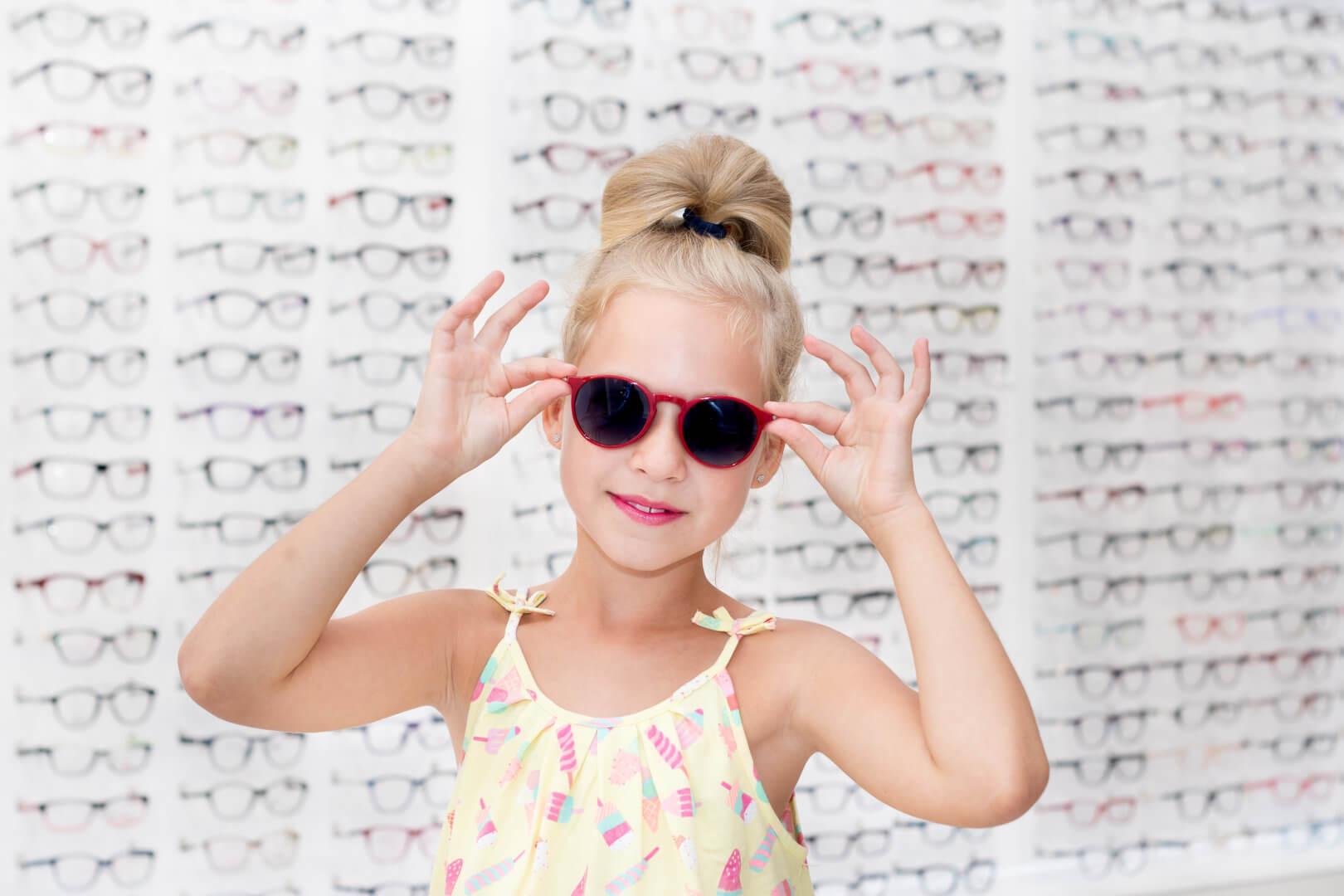 Dziewczynka w okularach przeciwsłonecznych z polaryzacją xperio od Dr OKO