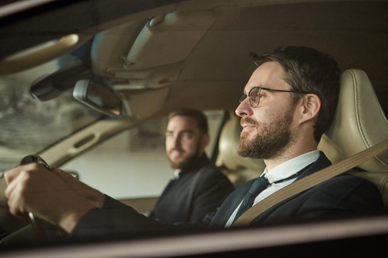 mężczyzni w samochodzie w okularach
