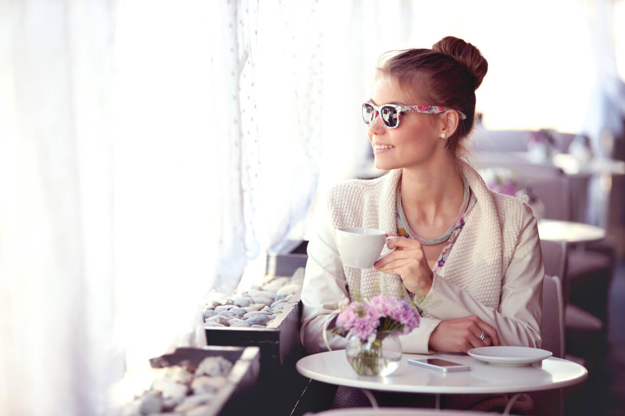 Kobieta w okularach przeciwsłonecznych z polaryzacją